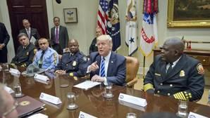 Donald Trump, en una reunión con los servicios de emrgencia