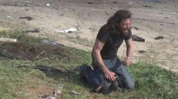 Atentado en Alepo: El llanto desconsolado de un fotógrafo tras recoger el cuerpo de un niño conmueve a la Red