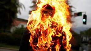 Un muñeco que representa a Nicolás Maduro, en llamas durante la celebración católica de la «quema de Judas» en Caracas