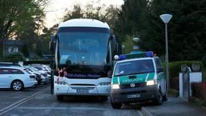 Un autobús, en el lugar donde los forenses recrean el atentado contra el autobús del Borussia Dortmund