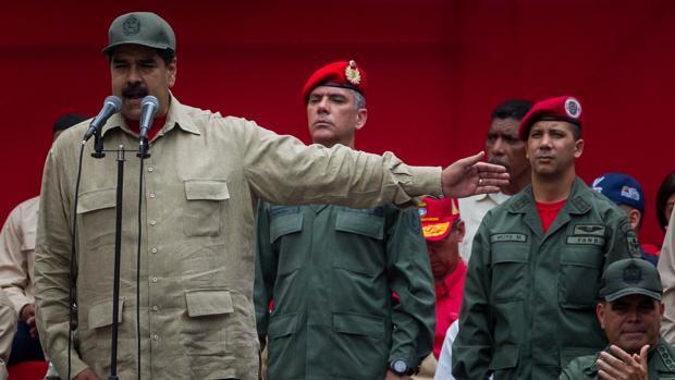 Maduro, con miembros de la Fuerza Armada Nacional Bolivariana este lunes en el séptimo aniversario de la milicia