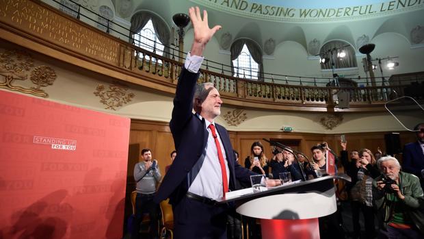 Corbyn, hundido, plantea una batalla anti «establishment»