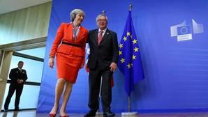 El presidente de la Comisión Europea, Jean-Claude Juncker, y la «premier» británica, Theresa May, se reunirán el próximo 26 de abril para hablar del Brexit