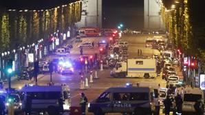 La avenida de los Campos Elíseos, cortada por el tiroteo de París