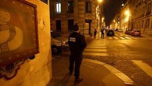 Un policía hace guardia en las calles del centro de París tras el atentado de los Campos Elíseos