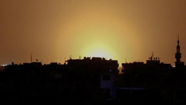 Imagen tomada desde la ciudad siria de Duma, bastión rebelde, desde la que se ve el aeropuerto de Damasco supuestamente en llamas