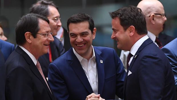 El primer ministro griego, Alexis Tsipras, en el centro de la imagen