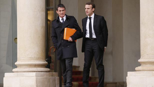 El primer ministro francés, Manuel Valls (i), y el ministro francés de economía, Emmanuel Macron, abandonan el Palacio del Elíseo tras una reunión del consejo de ministros en París (Francia), hoy, miércoles 10 de diciembre de 2014