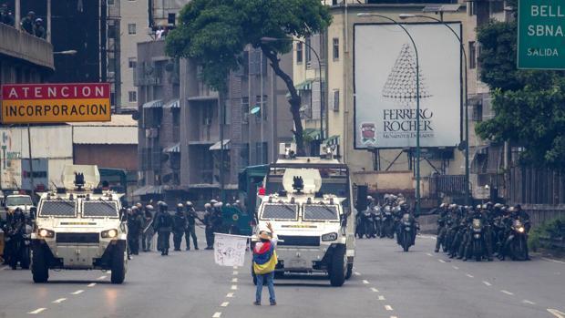 Una mujer bloquea el paso de una tanqueta en Caracas durante las protestas de esta semana