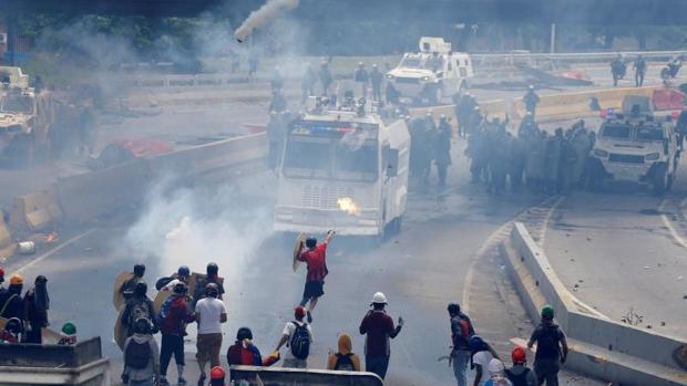 Manifestantes opositores a Nicolás Maduro se enfrentan a la Policía en Caracas