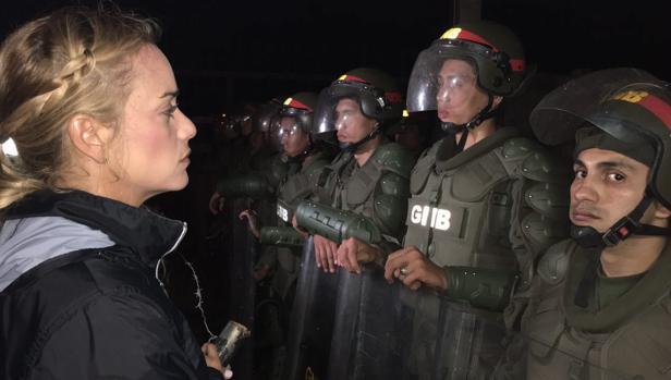 Lilian Tintori, a la entrada del penal de Ramo Verde ante miembros de la Guardia Nacional Bolivariana, en una imagen subida a Twitter en la cuenta de la propia esposa de Leopoldo López