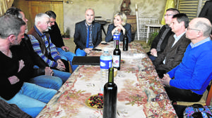 Marine Le Pen conversa con granjeros y criadores, en la localidad de Loubersan