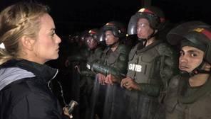Lilian Tintori, frente a la Guardia Nacional Bolivariana a las puertas de la prisión de Ramo Verde