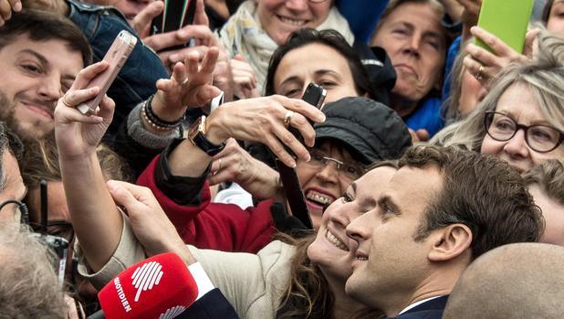 Macron posa para un selfie, ayer en Le Touquet, donde votó ayer antes de regresar a París