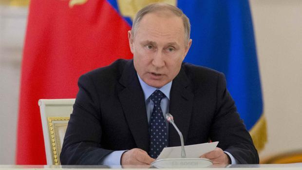 Putin felicita a Macron y le llama a la cooperación después de apoyar a Le Pen