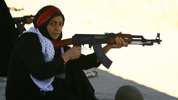 Una voluntaria iraní del cuerpo de los Basij en un entrenamiento