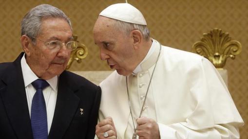 El Papa Francisco y el presidente Raúl Castro, en mayo de 2015 en El Vaticano