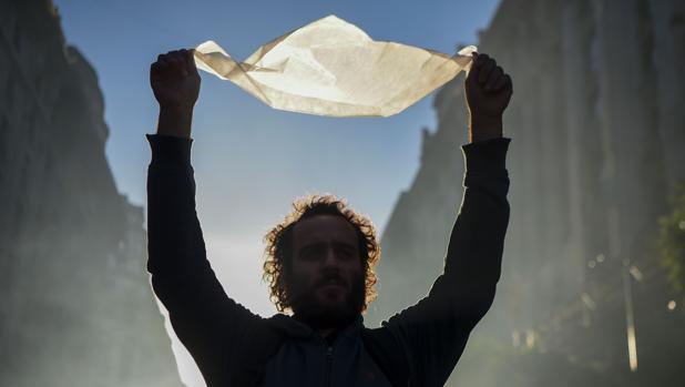 Los argentinos protestan con un pañuelo blanco contra la reducción de condenas a represores de la dictadura militar