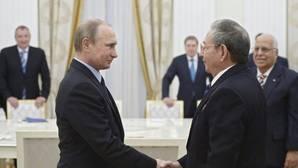 Vladimir Putin y Raúl Castro durante una entrevista de 2015 en el Kremlin