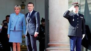 Emmanuel Macron y su mujer Brigitte Trogneux durante la investidura oficial