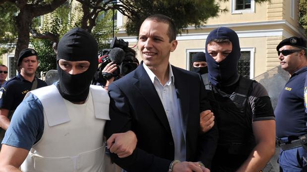 El diputado neonazi Kasidiaris ataca a al diputado conservador Dendias en el parlamento griego