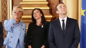 Macron ayer, con su mujer y la alcaldesa de París, en el centro de la imagen