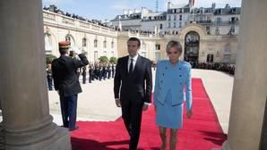 El presidente de Francia, Emmanuel Macron, acompañado de su mujer