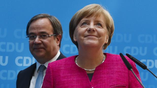 La canciller alemana, Angela Merkel, y el candidato del CDU para Renania-Norte Westfalia , Armin Laschet, durante su conferencia de este lunes en Berlín