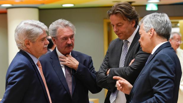 Alfoso Dastis junto a sus homólogos de Luxemburgo, Holanda y Bélgica, este lunes, en Bruselas