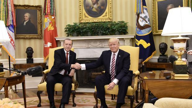 Erdogan advierte a Trump que «nunca» aceptará que Estados Unidos arme a las milicias kurdas