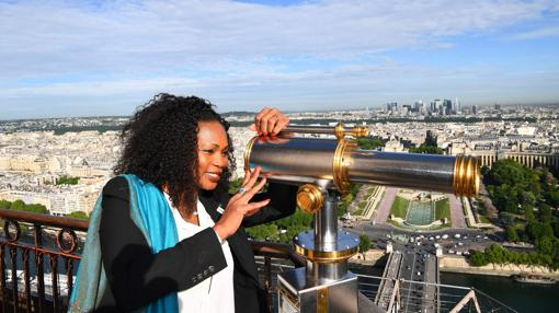 En el Ministerio de Deportes, la doble campeona olímpica de esgrima Laura Flessel, de 45 años