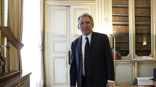 El nuevo ministro de Justicia francés, François Bayrou, durante la ceremonia del traspaso de carteras en la sede de dicho ministerio en París (Francia)