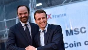 Emmanuel Macron (R) y Edouard Philippe, presidente y primer ministro de Francia, respectivamente