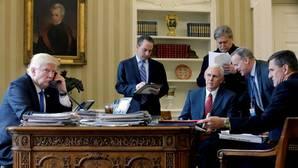 El presidente de Estados Unidos, Donald Tump, y su equipo de gobierno en el Despacho Oval de la Casa Blanca