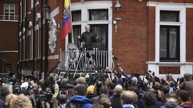 Julian Assange desde el balcón de la Embajada de Ecuador en Londres