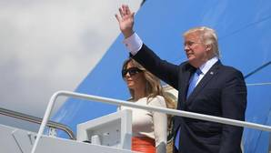 Donald Trump y su esposa Melania accede al Air Force One para emprender la gira