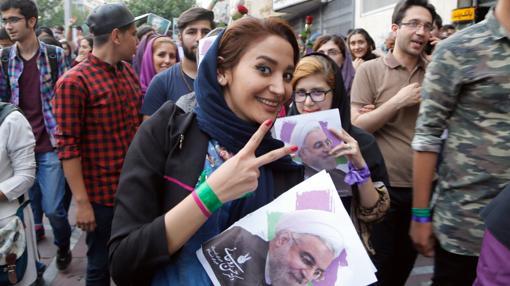 Una seguidora de Rohani celebra la victoria del presidente en las calles de Teherán