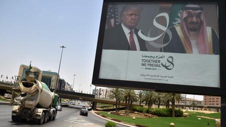 Las imágenes de Trump y el rey Salmán bin Abdulaziz, en la principal vía de Riad