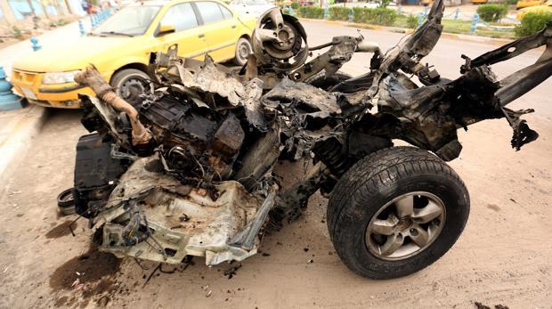Estado del coche bomba de los terroristas suicidas, tras el atentado de Bagdad