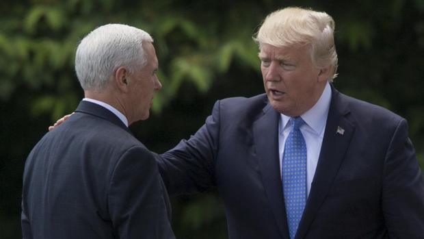 Donald Trump (d), saluda al vicepresidente estadounidense, Mike Pence (i)
