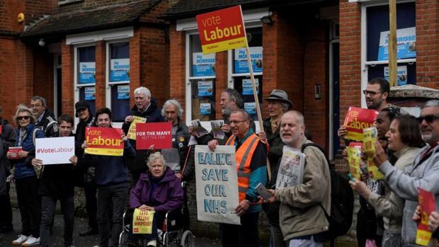 Un grupo de manifestantes laboristas junto a la sede de la Asociación Conservadora de Ealing mientras Theresa May pronunciaba un discurso, este sábado en el oeste de Londres