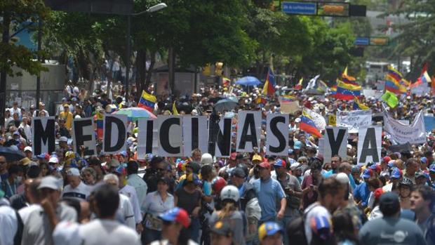 Maduro bloquea con barricadas la marcha de médicos y pacientes