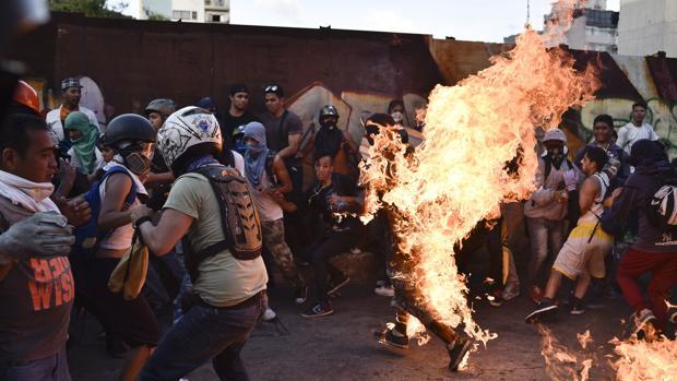 Maduro acusa a los opositores de quemar a un chavista