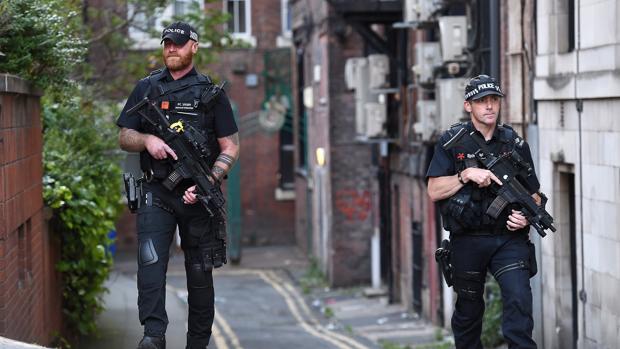 Policías armados custodian una calle de Manchester