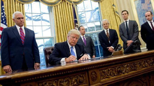 Donald Trump firma su famoso veto migratorio