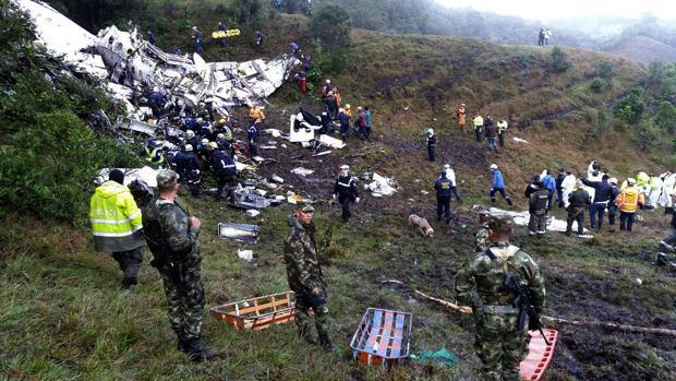 Imagen de archivo de los restos del avión del Chapecoense que se estrelló con 77 pasajeros a bordo