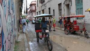 José Antonio Torres, un enfermero que ahora trabaja como «bicitaxi» para ganarse mejor la vida, en una calle de La Habana