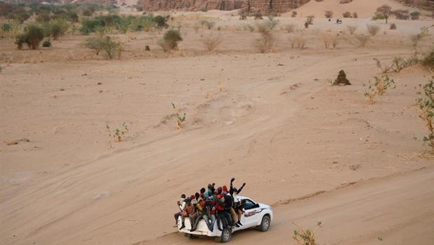 Más de 40 inmigrantes mueren en el desierto del Sahara por la avería de su camión