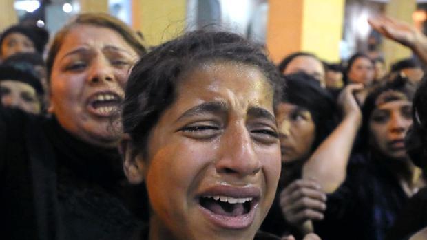 Familiares de las víctimas del atentado contra el autobús en el funeral en Minya, el pasado 26 de mayo
