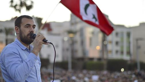 """El líder de las protestas rifeñas conocidas como """"Hirak al Shaabi"""" (Movimiento Popular), Naser Zafzafi, durante una arenga ante decenas de miles de personas al final de una marcha multitudinaria celebrada el pasado jueves en Alhucemas"""